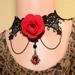 Zwart kant met rode bloem en rode facet steen